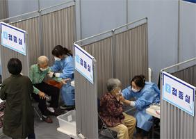 송파구 체육문화회관에서 75세 이상 어르신들이 화이자 백신을 접종받고 있다.