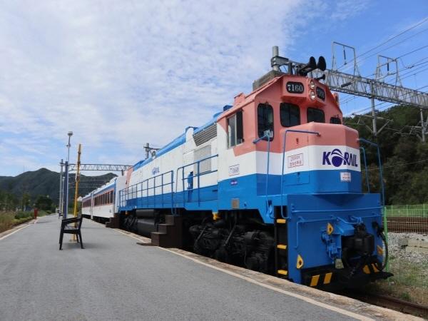 5060 세대에게 기차는 사랑, 이별, 추억을 남긴 특별한 공간이다.