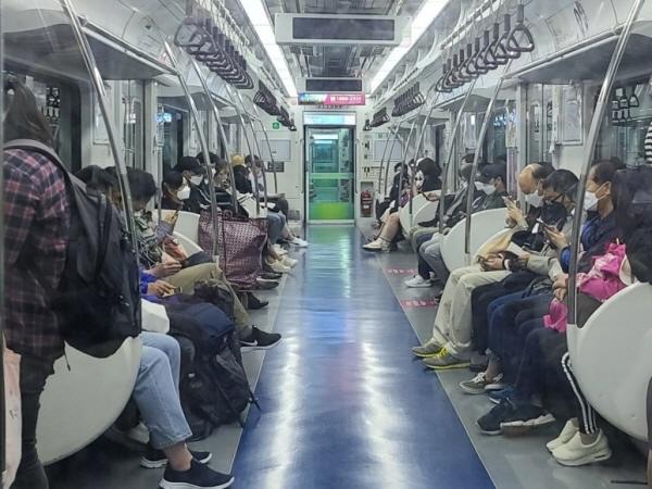 무료 신문 대신 전철 승객의 손에 스마트폰이 들려 있다.