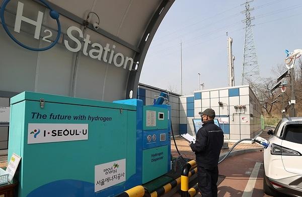 서울시 상암동과 여의도 도심에 수소전기차들이 충전을 하고 있는 모습.