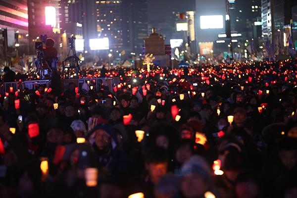 지난 2017년 2월 25일 서울 광화문 광장에서 열린 촛불집회에서 참가자들이 구호를 외치고 있다.