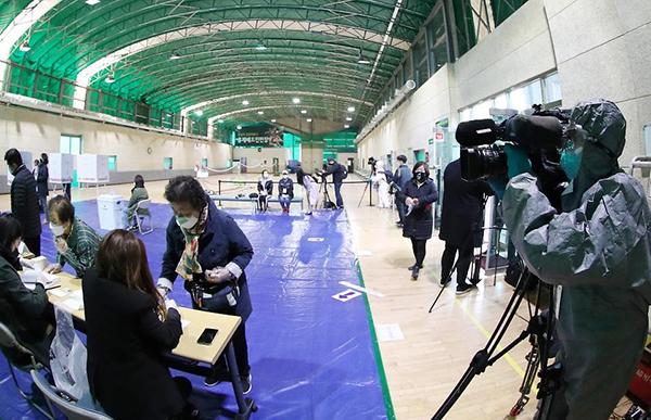 코로나19 사태 속 치러진 우리의 선거는 전세계의 주목을 받았다. 지난해 4월 15일 투표소를 찾은 외신 기자가 방역복을 입고 취재를 하고 있다.