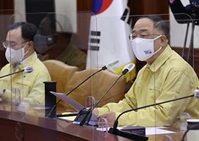 홍남기 국무총리 직무대행(경제부총리 겸 기획재정부 장관)이 9일 정부서울청사에서 열린 코로나19 중대본 회의에서 발언하고 있다.
