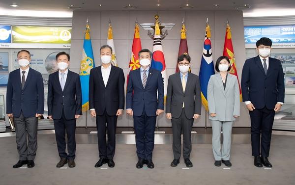 국방부 적극행정위원회 위촉식 사진. 가장 오른쪽이 남혁진 기자.(제공=남혁진 기자, 출처=국방부)