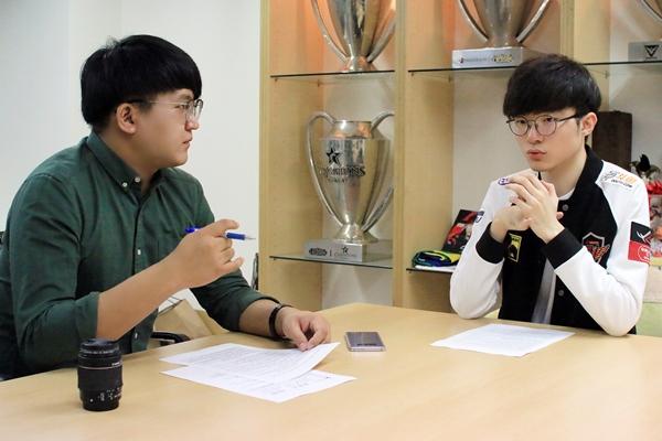 남혁진 기자가 유명 프로게이머 페이커(이상혁)와 인터뷰하는 모습.(제공=남혁진 기자)