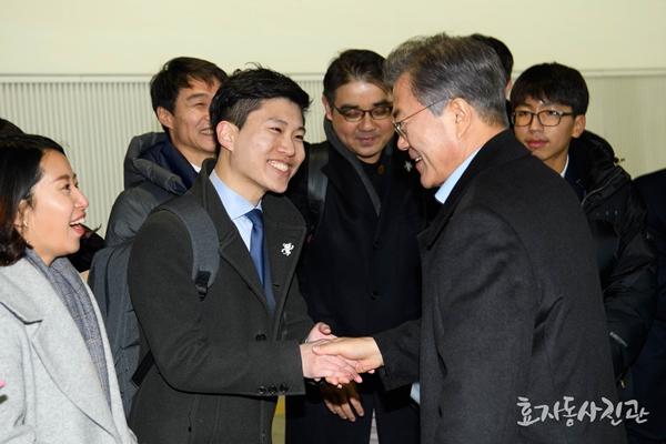 필자는 대한민국 정책기자단 활동으로 말미암아 문재인 대통령을 만나고 대통령 전용 KTX(트레인 원)에서 오찬을 함께 했다.(출처=청와대 효자동사진관)
