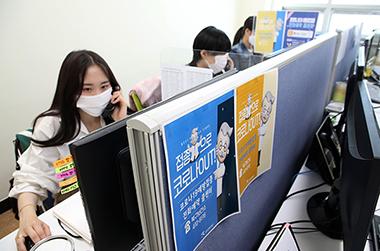광주 북구보건소에서 감염병예방팀 직원들이 고령층에 대한 코로나19 백신 접종 사전예약을 전화 접수하고 있다.