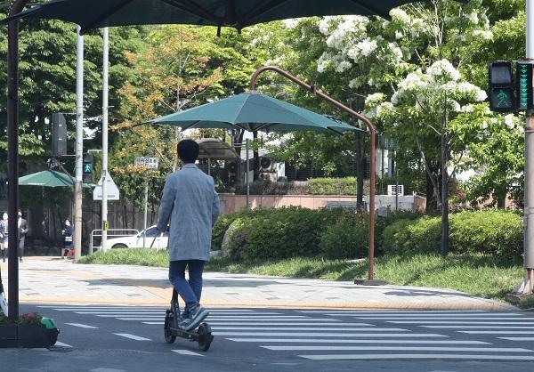 오는 13일부터 시행되는 개정 도로교통법에 따른 개인형 이동장치 관련 운전자의 의무 및 안전수칙이 강화된다. 사진은 2일 서울 시내에서 시민이 전동킥보드를 타는 모습.(사진=저작권자(c) 연합뉴스, 무단 전재-재배포 금지)