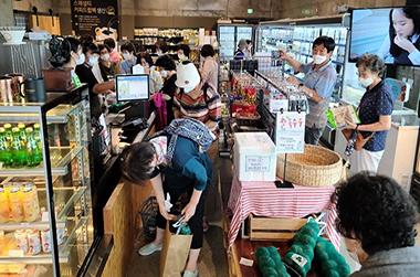 경기 가평의 마을기업 '농부들의 카페장터' 직판장.