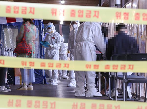 11일 오전 서울 송파구 보건소에 설치된 신종 코로나바이러스 감염증(코로나19) 선별검사소에서 방호복을 입은 관계자들이 분주하게 업무를 하고 있다.