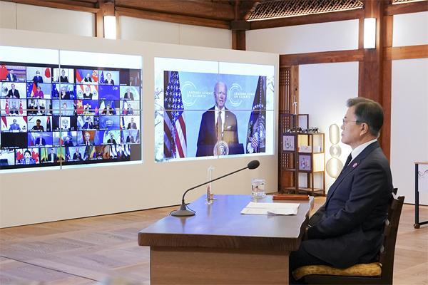문재인 대통령이 4월 22일 청와대 상춘재에서 화상으로 열린 기후정상회의에 참석해 있다. (사진=청와대)
