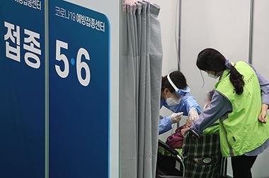 서울 동대문구 체육관에 마련된 코로나19 동대문구 예방접종센터.