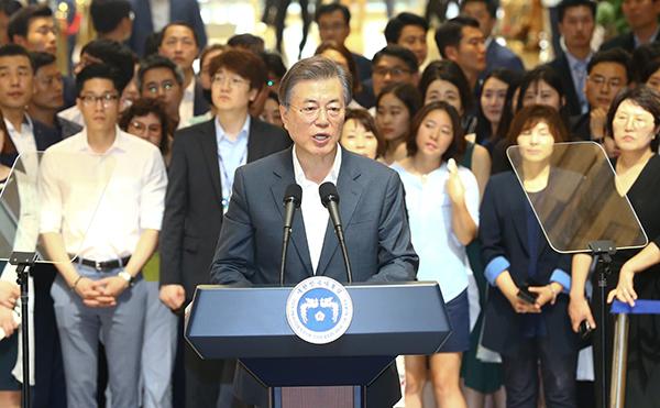 2017년 8월 9일에 문재인 대통령이 서울 서초구 서울성모병원을 찾아 건강보험 보장강화 정책 발표를 하고 있다.