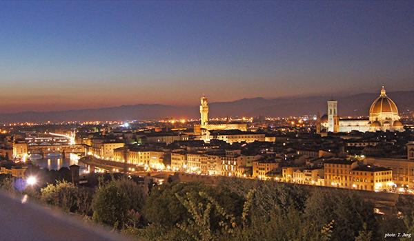 미켈란젤로 광장에서 내려다본 피렌체의 야경. 대성당(오른쪽), 팔랏쪼 벡키오(중간), 폰테 벡키오(왼쪽)에 먼저 시선이 집중된다.