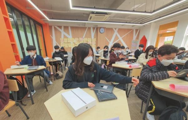 전주교대전주부설초등학교 6학년 교실. 모든 아이에게 태블릿PC가 한 대씩 지급됐다.