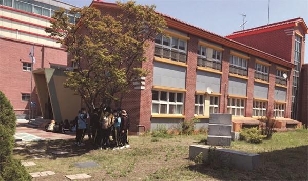 5월 3일 전주교대전주부설 초등학교에서 학생들이 숲 생태 체험 활동을 하고 있다.