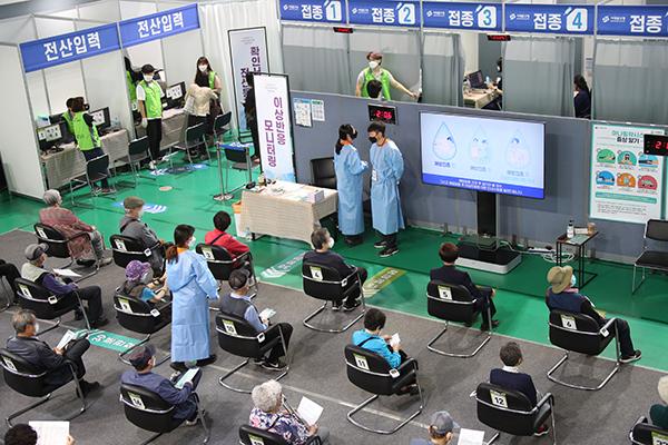 서울 서대문구 예방접종센터에서 시민들이 접종 후 이상반응 모니터링을 위해 대기하고 있다.