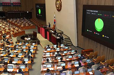 지난 4월 29일 국회의원을 포함한 공직자들이 직무 관련 정보로 사익을 추구하지 못하도록 하는 공직자의 이해충돌 방지법안이 국회 본회의에서 통과되고 있다.