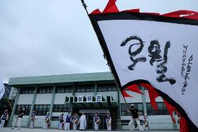 문재인대통령 참배 모습 (출처=정책브리핑)