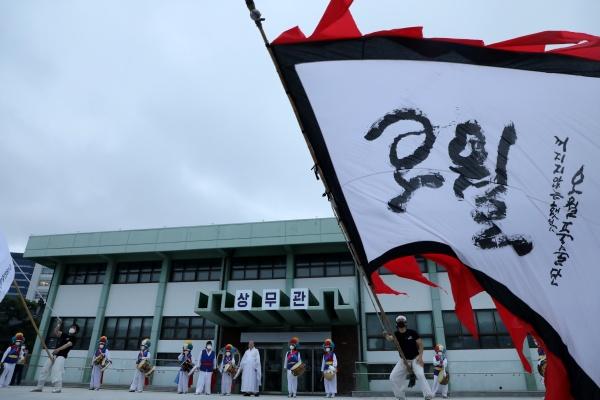5.18전야제가 열린 17일 오후 광주 동구 5.18민주광장에서 첫 공연인 오월풍물단의 공연이 진행되고 있다.