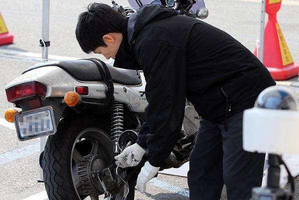 서울 성산자동차검사소에서 직원이 배출가스 검사를 하는 모습.(사진=저작권자(c) 연합뉴스, 무단 전재-재배포 금지)