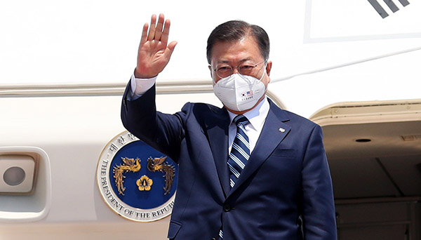 문재인 대통령이 19일(현지시간) 미국 워싱턴 앤드류스 공군기지에 도착, 환영 인사들에게 손을 흔들고 있다. (사진=저작권자(c) 연합뉴스, 무단 전재-재배포 금지)