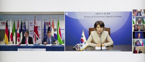 한정애 환경부 장관이 20일 오후 서울 서초구 한강홍수통제소에서 'G7 기후·환경 장관회의'에 화상으로 참석해 한국의 탄소중립과 생물다양성 보전 정책을 소개하고 있다.