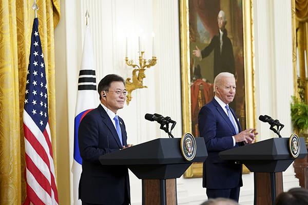 문재인 대통령과 조 바이든 미국 대통령이 21일 오후(현지시간) 백악관에서 정상회담 후 공동기자회견을 하고 있다. (사진=저작권자(c) 연합뉴스, 무단 전재-재배포 금지)