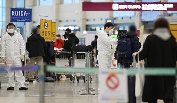 지난 2월 3일 오후 인천국제공항 제1여객터미널에서 입국자들이 공항 방역절차에 따라 이동하고 있다. 중앙방역대책본부에 따르면 이달 1일 이후 국내에서 코로나19 양성 판정을 받은 확진자 27명의 유전체를 분석한 결과 5건에서 변이 바이러스가 확인됐다.