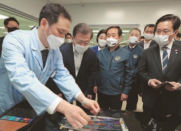 2020년 4월 1일 문재인 대통령이 코오롱인더스트리 구미공장을 방문해 투명 폴리이미드 필름에 관한 설명을 듣고 있다.(사진=저작권자(c) 연합뉴스, 무단 전재-재배포 금지)