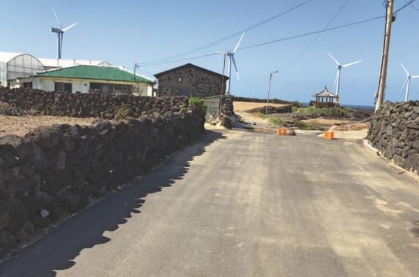 5월 12일 제주도 한경면 두모리 해안마을 앞에서 본 탐라해상풍력 발전기.