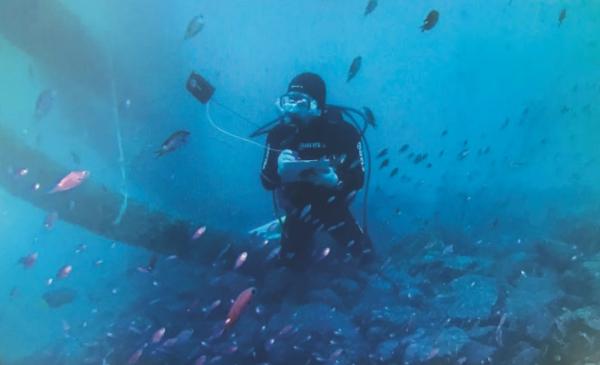 5월 12일 탐라해상풍력발전의 사무실 컴퓨터 화면에, 한 잠수촬영 전문가가 두모리·금등리 해상풍력발전 6호기 해저 기반 지대에서 어족량 등 해양생태 변화를 수중 관찰하는 모습이 보인다. 2020년 제3차 수중 촬영 영상이다.