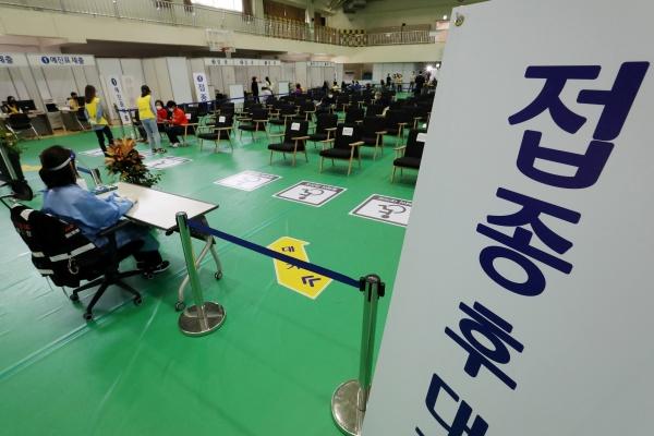 22일부터 75세 이상 고령자를 대상으로 화이자 백신 1차 접종이 재개된다. 22일 서울 노원구 노원구민체육센터에 마련된 예방접종센터 모습.(사진=저작권자(c) 뉴스1, 무단 전재-재배포 금지)