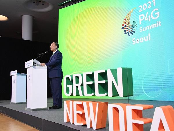 홍남기 부총리 겸 기획재정부 장관이 25일 서울 동대문디자인플라자(DDP)에서 열린 P4G 그린뉴딜 특별세션에 참석, 환영사를 하고 있다. (사진=기획재정부)