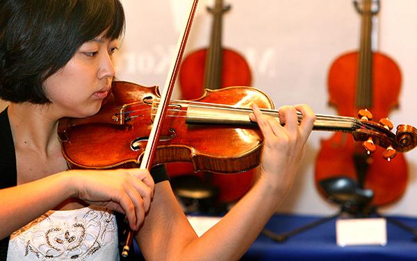 지난 2007년 서울 삼성동 코엑스에서 열린 국제악기 전시회에서 한 관계자가 1720년에 제작된 바이올린(스트라디바리우스, 70억)을 연주하고 있다.