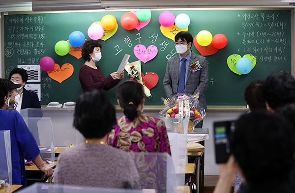 스승의 날인 지난 15일 오전 서울 일성여자중고등학교에서 선생님에 대한 감사의 글을 낭독하고 있다.
