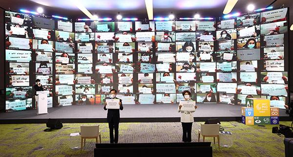 지난 24일 오후 서울 동대문디자인플라자에서 열린 2021 P4G 서울 정상회의 녹색미래주간 개막식에서 한정애 환경부 장관, 정의용 외교부 장관을 비롯한 참석자들이 '기후행동을 위한 우리의 약속'을 주제로 퍼포먼스를 하고 있다.(사진=저작권자(c) 연합뉴스, 무단 전재-재배포 금지)