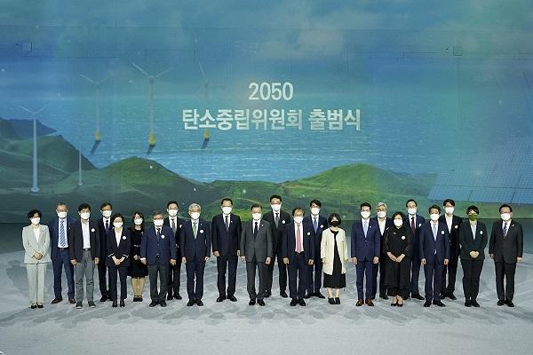 문재인 대통령이 29일 오후 서울 동대문디자인플라자에서 열린 '2050 탄소중립위원회 출범식'에서 참석자들과 기념촬영을 하고 있다. (사진=청와대)