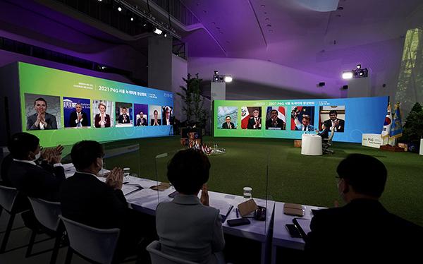 문재인 대통령이 31일 오후 서울 동대문디자인플라자에서 열린 'P4G 서울 녹색미래 정상회의' 정상토론세션에서 서울선언문을 공개하자 각국 정상들이 박수치고 있다. (사진=청와대)