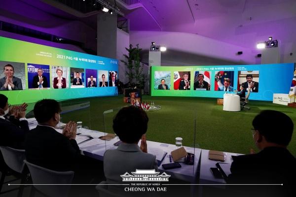 문재인 대통령이 5월 31일 오후 서울 동대문디자인플라자에서 열린 'P4G 서울 녹색미래 정상회의' 정상토론세션을 주재하고 있다.(사진=청와대)