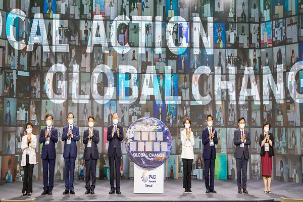 지난 5월 24일, P4G 탄소중립 실천 특별세션에서 온, 오프라인으로 탄소중립 실천 선언한 243개 지자체들이 기념촬영을 하고 있다. (사진=환경부)