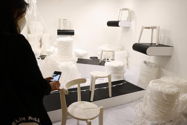 '2021 서울 녹색미래 정상회의(P4G)'특별 기획전으로 '기묘한 통의 만물상'전시가 서울 대림미술관에서 열렸다. 불량 마스크를 재활용해 만든 의자 작품의 모습. (사진=국민소통실)