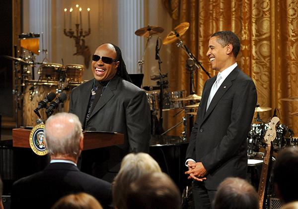 버락 오바마 미국 대통령(오른쪽)이 2009년 2월 25일 워싱턴의 백악관 이스트 룸에서 가수 스티비 원더의 '미국회 도서관 거슈윈 대중음악상' 수상을 축하하고 있다. 거슈윈상은 미 의회도서관이 대중음악 분야의 최고 음악가에게 주는 상이다.