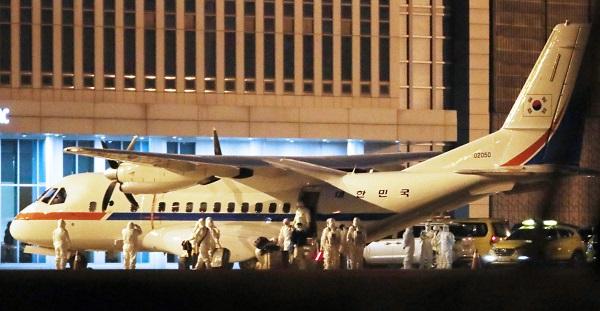 정부는 3일 제126회 국정현안점검조정회의에서 '해외 우리국민 환자 이송·보호체계 개선방안'을 심의·확정했다. 사진은 일본에 정박 중인 크루즈선에 탑승했던 한국인 6명과 일본인 배우자 1명을 태운 공군 3호기(VCN-235)가 작년 2월 19일 새벽 김포공항에 착륙했다.(사진=저작권자(c) 연합뉴스, 무단 전재-재배포 금지)