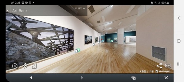 바닥을 손으로 누르면 장소이동이 되고, 화면을 360도 돌아가며 볼 수 있다.