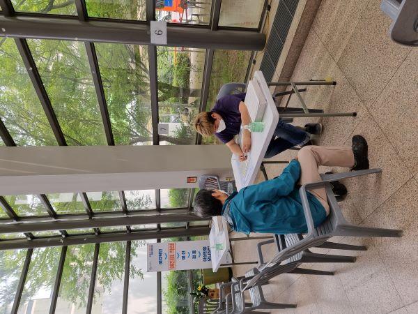 예진표 작성은 솔직하고 꼼꼼하게 진행해야 한다. 근무자는 방문한 어르신을 위해 작성을 도와드리고 있다.