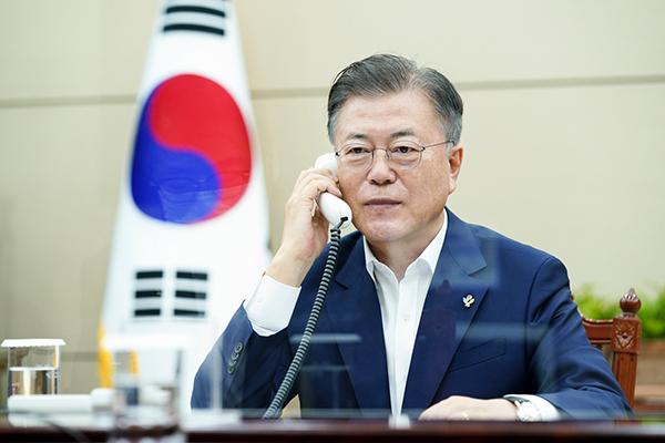 문재인 대통령이 3일 오후 청와대에서 보리스 존슨 영국 총리와 전화 통화하고 있다. (사진=청와대)