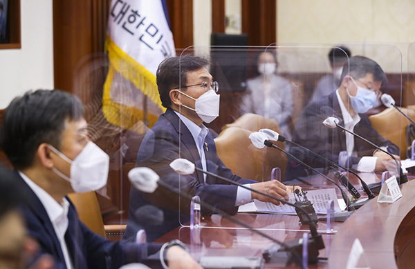 지난 3일 개최한 제1차 글로벌 백신 허브화 추진 TF 1차 회의에서 권덕철 복지부장관이 발언을 하고 있다.
