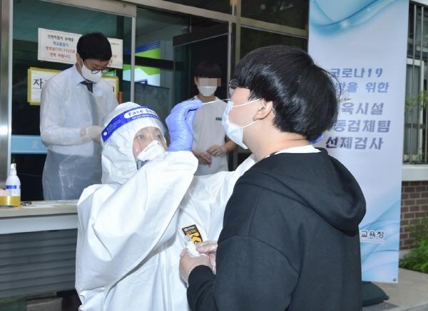 코로나19 선제 PCR 검사 시행 현장에서 근무중인 아내(사진=경기도교육청)