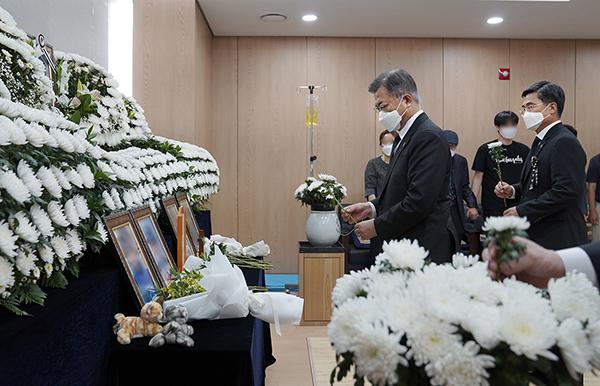 문재인 대통령이 지난 6일 이 모 부사관의 추모소를 방문해 헌화하고 있다.